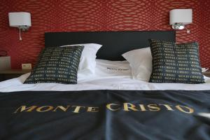 A bed or beds in a room at Hotel Monte Cristo