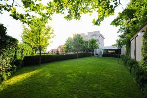 O grădină în afara Bruxelles Guesthouse Craiova