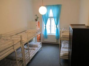 Een stapelbed of stapelbedden in een kamer bij Hostel Franz Kafka