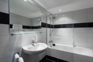 A bathroom at Mark Apart Hotel