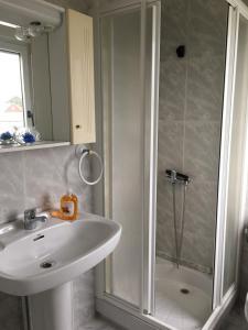 A bathroom at Xabarin Apartment