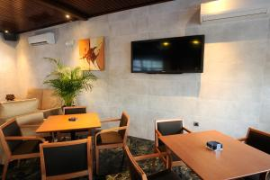 A television and/or entertainment center at Hotel Complejo Los Rosales
