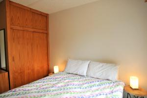 A bed or beds in a room at SHANGRI-LA ON SURF PARADE - FREE WIFI!