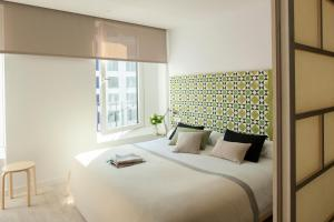 A bed or beds in a room at Eric Vökel Boutique Apartments - Hamburg Suites