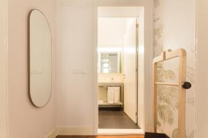 Uma casa de banho em The Visionaire Apartments