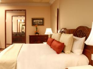 A bed or beds in a room at Hotel Geneve CD de Mexico