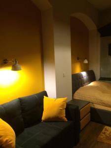 Łóżko lub łóżka w pokoju w obiekcie Apartamenty Kowary - Na Kowarskiej Starówce