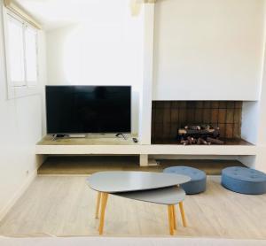 A television and/or entertainment centre at Superbe Loft vue Vieux Port en 1ère ligne