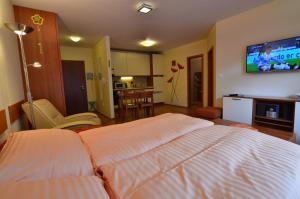 Posteľ alebo postele v izbe v ubytovaní Apartmán KLAUDIA Tále