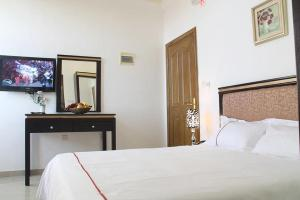 A bed or beds in a room at Golden Rose Hotel