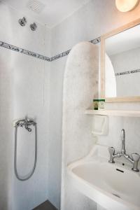 A bathroom at Hotel Mantalena