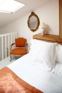 A bed or beds in a room at La Bastide De Moustiers - Les Collectionneurs