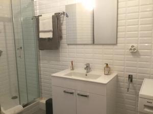 A bathroom at 10 rue Chevalier Roze