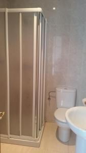 A bathroom at Hostal González
