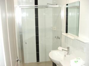 A bathroom at Murray Valley Motel