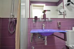 A bathroom at Hostal Alexis Madrid