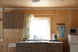 Кухня или мини-кухня в Домик у Озера