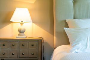 Un ou plusieurs lits dans un hébergement de l'établissement New Cottage & spa de nage Guesthouse