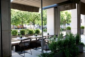 Ein Restaurant oder anderes Speiselokal in der Unterkunft Rosa Grand Milano - Starhotels Collezione