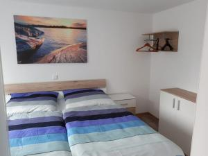 Ein Bett oder Betten in einem Zimmer der Unterkunft Ferienwohnung Gänseblümchen