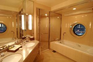 A bathroom at Yokohama Royal Park Hotel