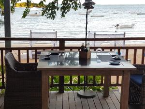 A restaurant or other place to eat at Azuri Apartment Beach and Pool