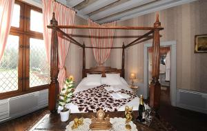 A bed or beds in a room at Chateau de Jallanges - Les Collectionneurs