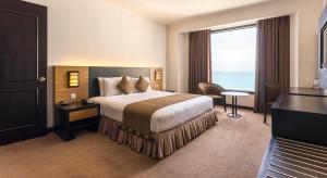 Een bed of bedden in een kamer bij Bayview Hotel Georgetown Penang