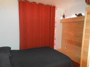 A bed or beds in a room at Les Berges de l'Ô