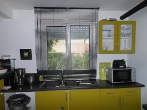 A kitchen or kitchenette at Les Berges de l'Ô