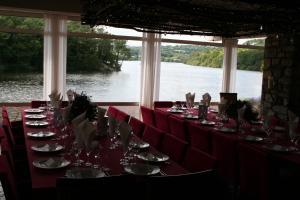 Restaurant ou autre lieu de restauration dans l'établissement Merlin les pieds dans l'eau