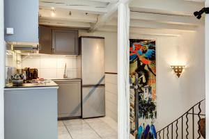 A kitchen or kitchenette at Cocoon'in Cannes Le Suquet