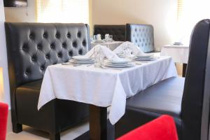 A restaurant or other place to eat at L'ESCALE HOTEL