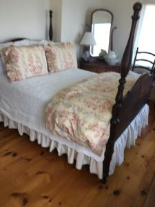 A bed or beds in a room at Chateau du Lac