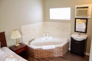 A bathroom at The Highlander Inn