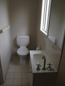 A bathroom at Biloela Caravan & Tourist Park
