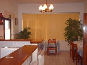 Um restaurante ou outro lugar para comer em Marazul