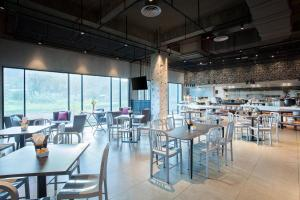 A restaurant or other place to eat at ibis Styles Kota Kinabalu Inanam