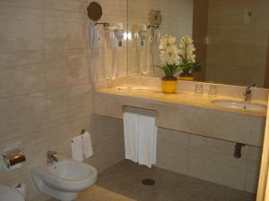 Ein Badezimmer in der Unterkunft Hotel Caravelas