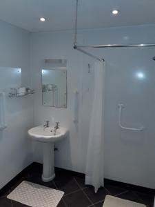 A bathroom at Langport Arms Hotel