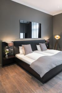 A bed or beds in a room at Hotel Düsseldorf Mitte