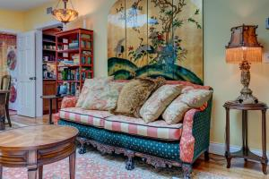A seating area at Vintage Rockport Escape