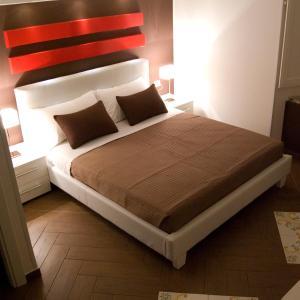 A bed or beds in a room at Il Vicolo Della Neve B&B