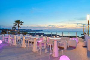 A restaurant or other place to eat at Aparthotel Nereida