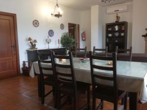 Un restaurante o sitio para comer en Casa Rural Aya I