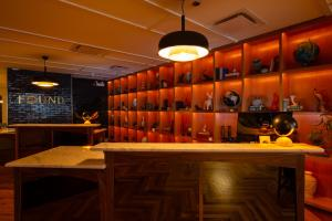 The lounge or bar area at Found Hotel Chicago River North