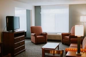 A seating area at Wingate by Wyndham Vienna/Parkersburg
