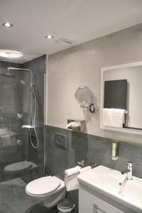 A bathroom at Hotel-Restaurant Kölbl