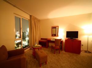 Uma TV ou centro de entretenimento em Al Nimran Hotel