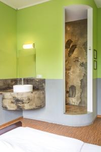 A bathroom at Sunflower Hostel Berlin
